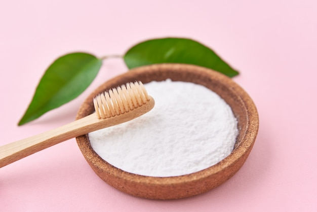 Escova de dente de bambu de madeira e bicarbonato de sódio