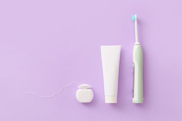 Escova de dente elétrica, pasta e fio dental