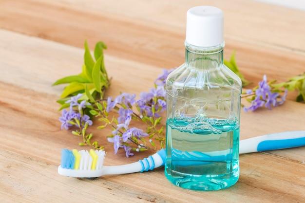 Escova de dentes, anti-séptico bucal e flores