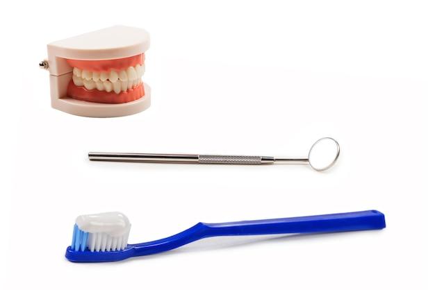 Escova de dentes azul com pasta de dente na mão isolada no fundo branco. copie o espaço