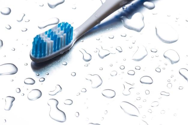 Escova de dentes azul em um fundo cinza