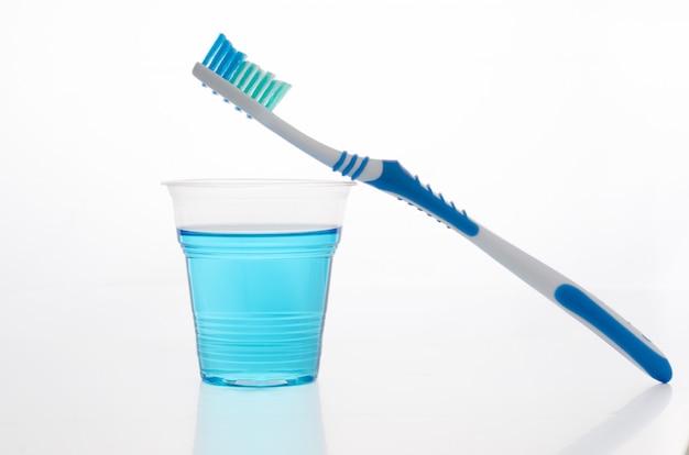 Escova de dentes, bochechos.