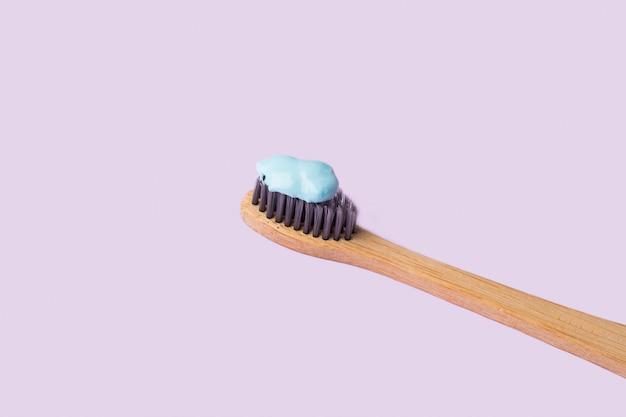 Escova de dentes com creme dental azul em roxo