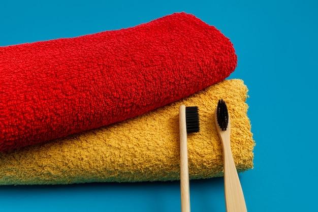 Escova de dentes com toalha vermelha e amarela em fundo azul