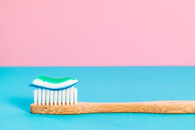 Escova de dentes de bambu com creme dental