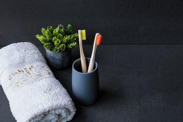 Escova de dentes de bambu com escultura. escova de dentes ecológica