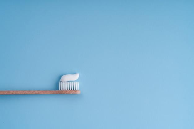 Escova de dentes de bambu da moda ecológica. escovas de dente populares. tendências de higiene. vista superior com pasta de dente.