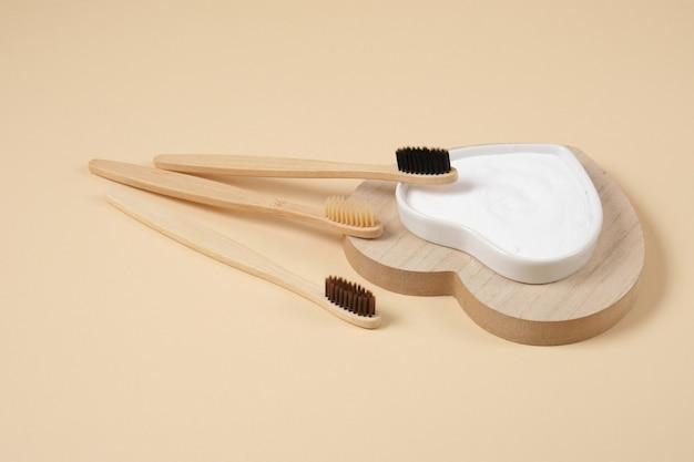 Escova de dentes de bambu ecológica. escovas de dentes de bambu e bicarbonato de sódio no conceito de estilo de vida de resíduos zero de fundo bege. escovando os dentes com refrigerante