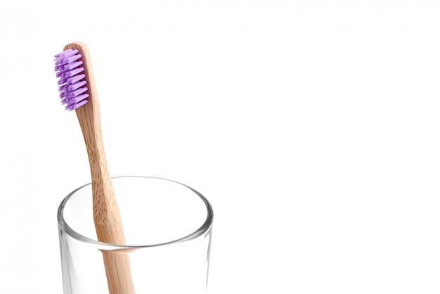 Escova de dentes de bambu em um copo