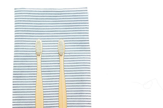 Escova de dentes de bambu em uma toalha artigo de limpeza de dentes sobre como escolher uma escova de dentes