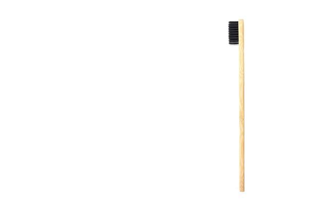 Escova de dentes de bambu isolada no fundo branco. copie o espaço. lugar para o seu texto.