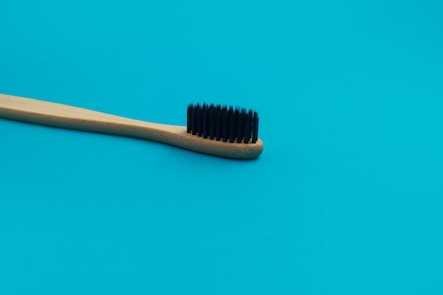 Escova de dentes de madeira em fundo azul