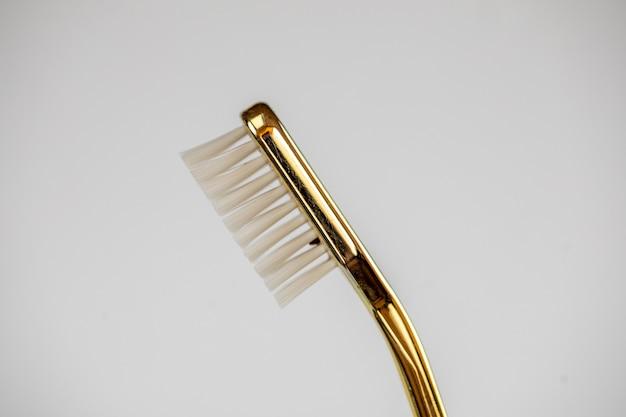 Escova de dentes de plástico isolada no branco.