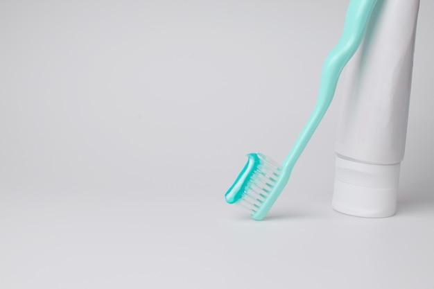 Escova de dentes e creme dental em fundo branco
