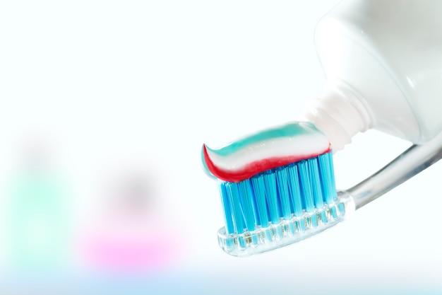 Escova de dentes e creme dental no fundo desfocado