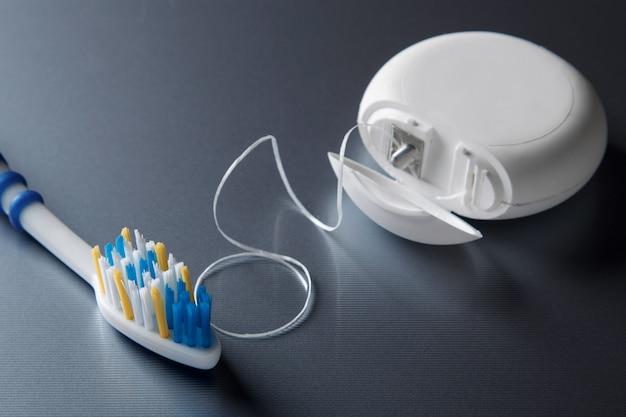 Escova de dentes e fio dental