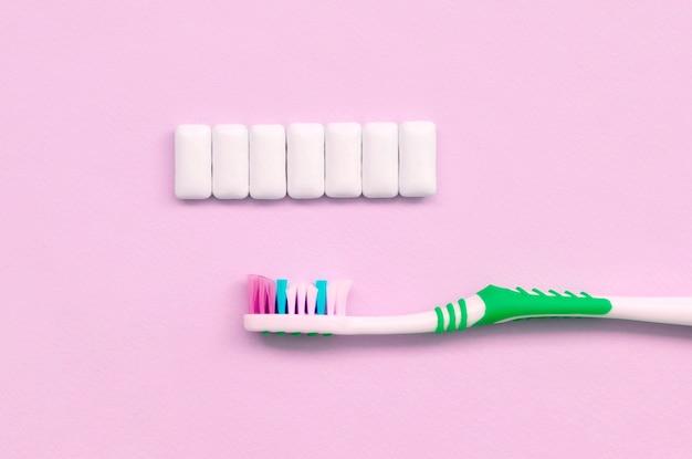 Escova de dentes e gomas de mascar