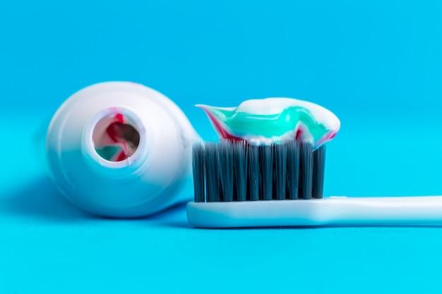 Escova de dentes e pasta de dentes