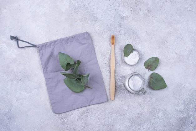 Escova de dentes ecológica e dentifrício natural