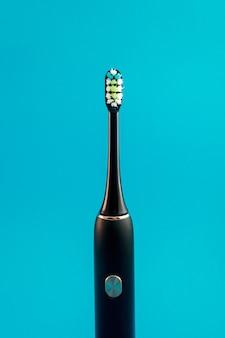 Escova de dentes elétrica em fundo azul