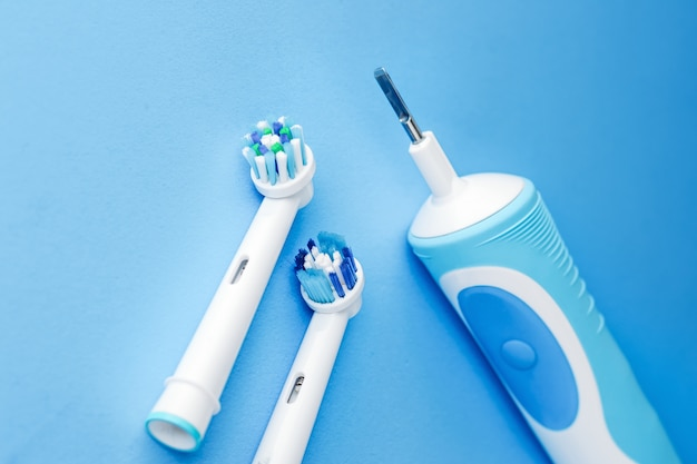 Escova de dentes elétrica moderna e cabeças sobressalentes
