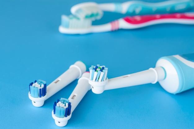 Escova de dentes elétrica moderna e escova clássica