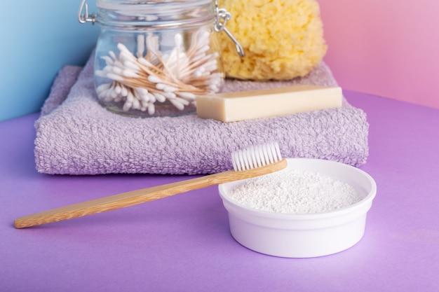 Escova de dentes em bambu, pó dentífrico com produtos naturais para o banho. cuidado dental