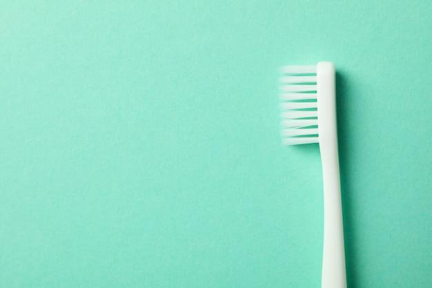 Escova de dentes na superfície de hortelã