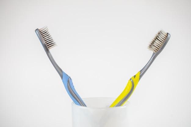 Escova de dentes plástica isolada.