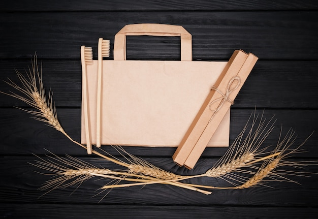 Escova de dentes, saco de papel e espigas de bambu de produtos ecológicos