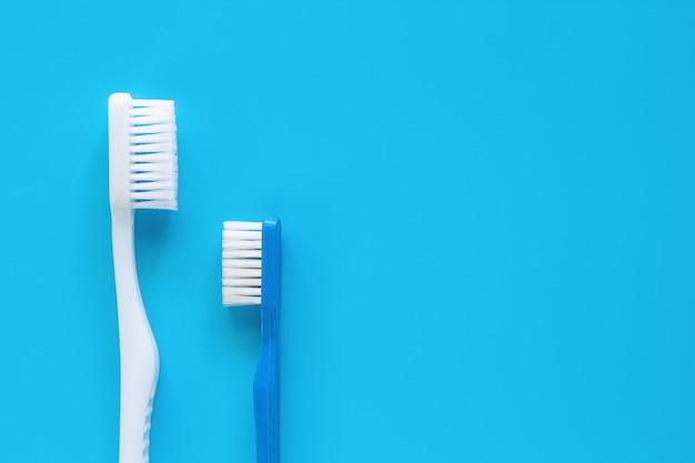 Escova de dentes usada para limpar os dentes no fundo azul