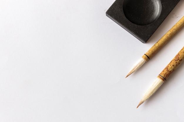 Escova de escrita tradicional de japão do close up na tabela. vista superior e sobre a luz