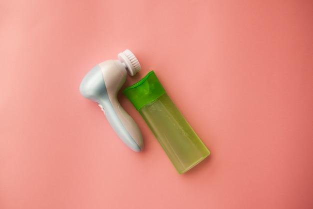 Escova de limpeza elétrica e gel para limpeza facial. cuidado facial. dispositivo cosmético. limpeza da pele.