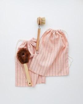 Escova de massagem de madeira na bolsa com nó listrada rosa