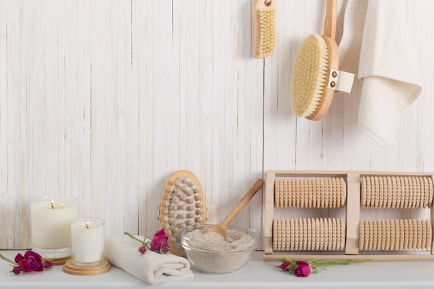 Escova de massagem de madeira na mesa branca