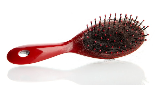 Escova de pente com cabelo perdido, isolado no branco