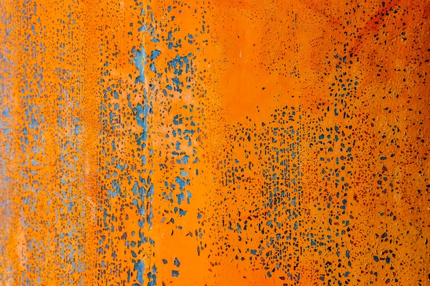 Escova de pintura de cor laranja na placa de aço