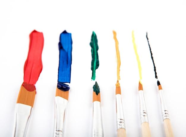 Escova de pintura e pintar Foto gratuita