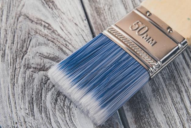 Escova de pintura na mesa de madeira.