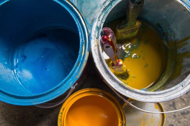 Escova de pintura que descansa no fundo da pintura, usado