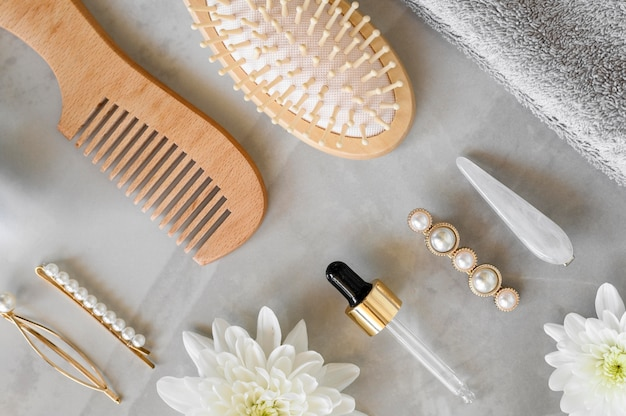 Escova de vista superior e soro para cabelos