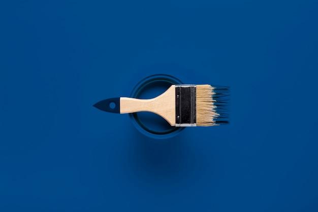 Escova de vista superior na lata de tinta