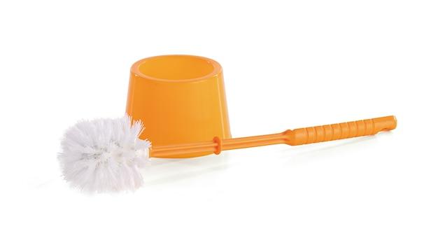 Escova laranja para limpar o banheiro em fundo branco