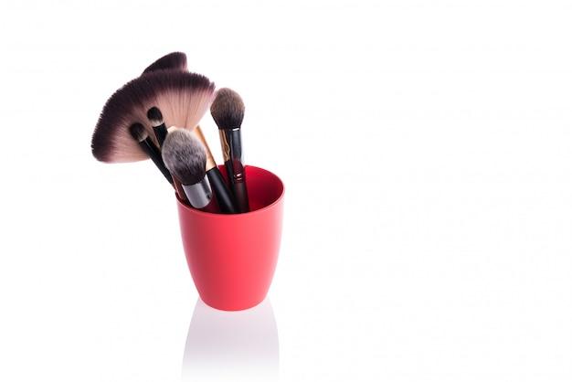 Escova para aplicar maquiagem cosmética isolada no branco