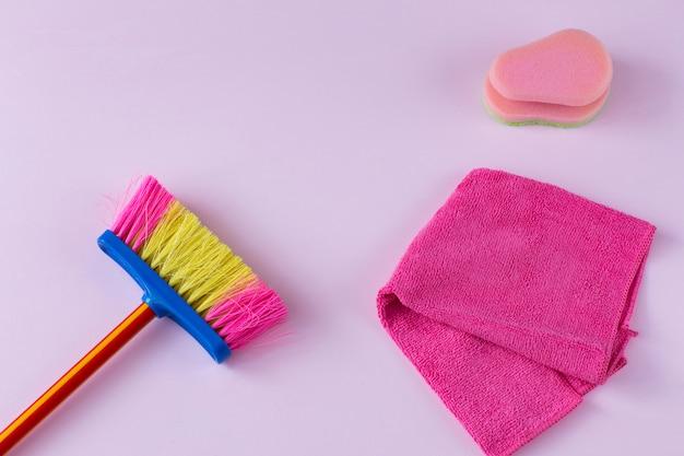 Escova para varrer o chão, um pano e uma esponja