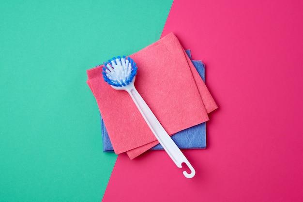Escova plástica branca com alça e esponjas quadradas coloridas para lavar louça