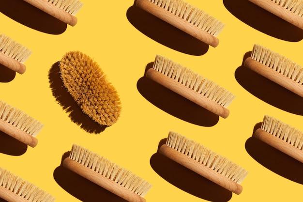 Escova seca de um cacto em um fundo amarelo conceito de cuidados com o corpo