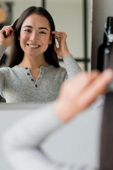 Escovar cabelo mulher
