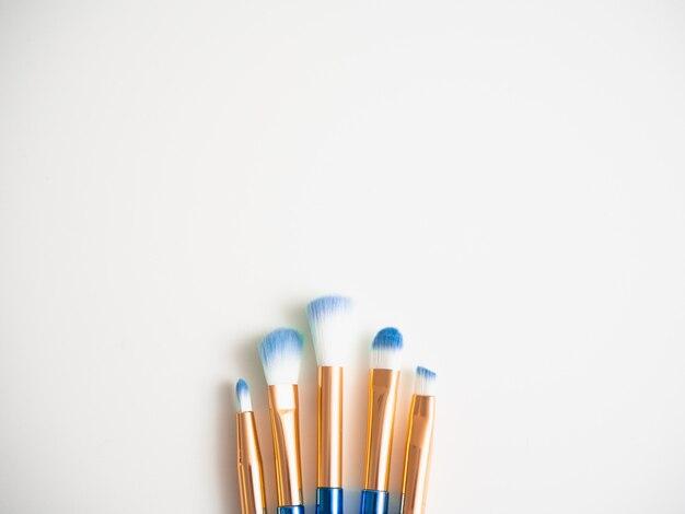 Escovas azuis clássicas da sombra isoladas com espaço para o espaço da cópia.