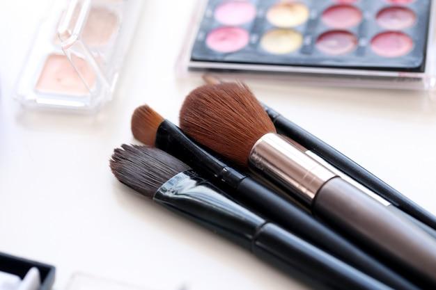 Escovas cosméticas com pó